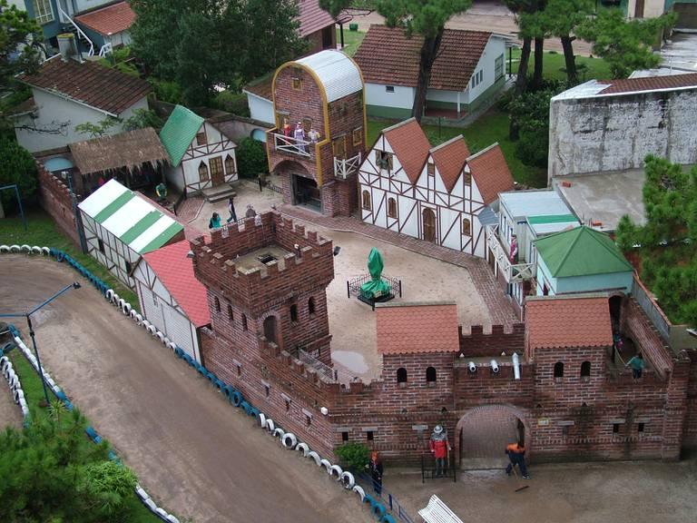 El lugar fue creado por Roberto Geddo, cuando en 1986 en apenas un invierno  levantó un castillo con sus varias torres y con mirador incluido