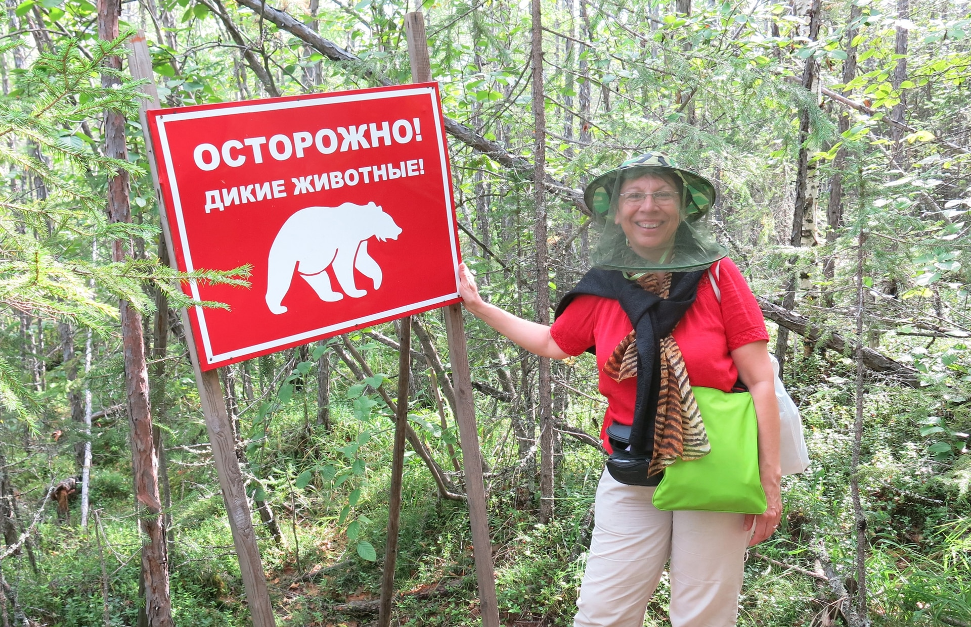 Élida Bustos, protegiéndose de los mosquitos (y los osos) en la excursión a los Pilares del Lena.