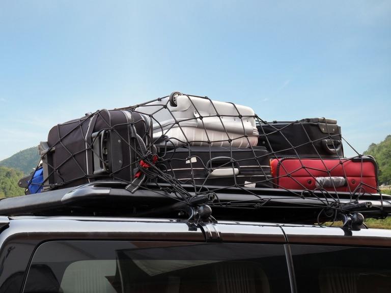 El exceso de equipaje varía la altura del centro de gravedad y provoca mayor consumo de sombustible. La carga debe ir bien amarrada