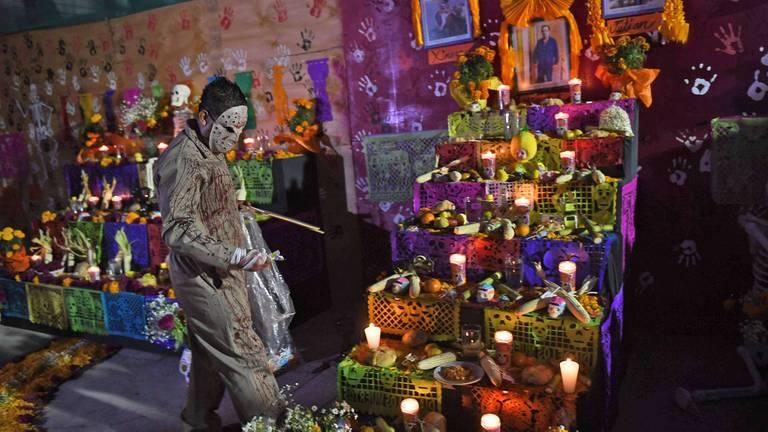 Loe cementerios se llenan de flores, velas y de diferentes tipos de ofrendas para recordar a sus seres queridos