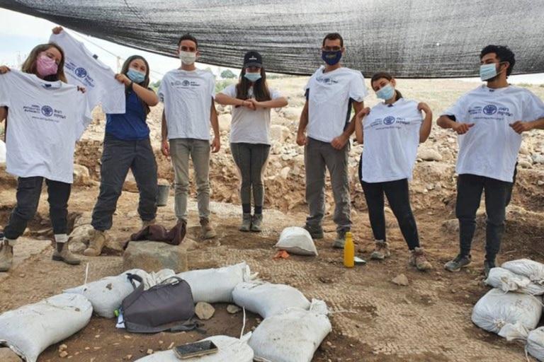 Este es parte del equipo que participó del programa preparatorio de Hanaton, que trabajaron durante las excavaciones