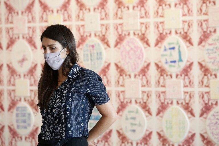 """La artista Victoria Volpini, de Fábrica de estampas, en el montaje de """"Post, imaginar el después"""", que exhibirá trabajos de sellado e impresión"""