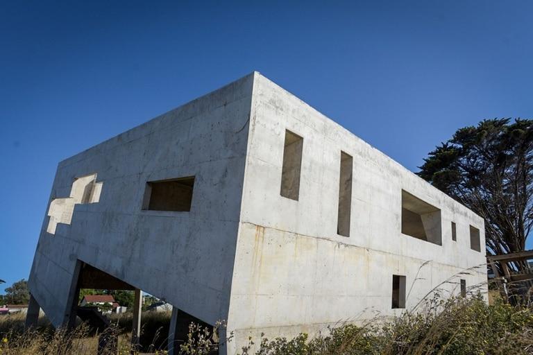 Vista completa de la casa inclinada