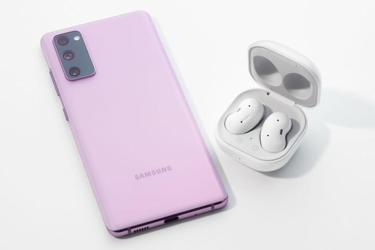El teléfono tiene la identidad de los equipos más costosos de Samsung, aunque, para volverse más accesible, relega ciertos lujos; sin embargo, en la cuenta final, ofrece características muy avanzadas