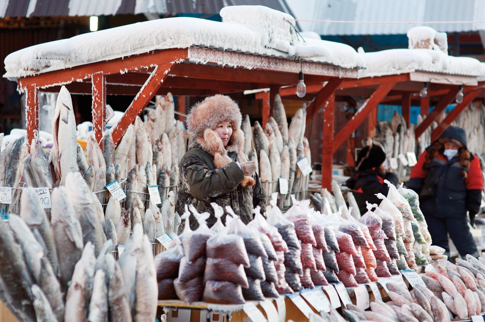 No hace falta freezer: los pescados se congelan a temperatura ambiente. En el mercado de Yakutsk.