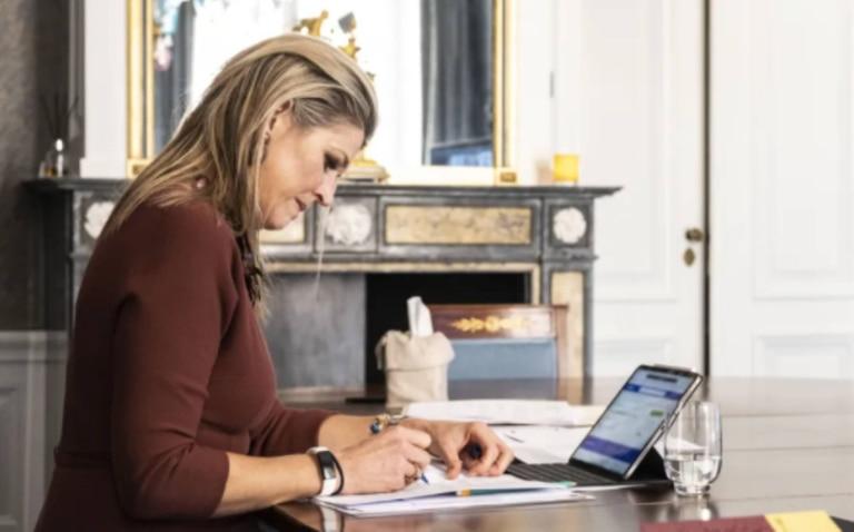 De acuerdo con el sitio holandés Story, en la pantalla de la computadora de Máxima se puede ver cómo, en realidad, estaba concentrada haciendo una compra online en medio del encuentro