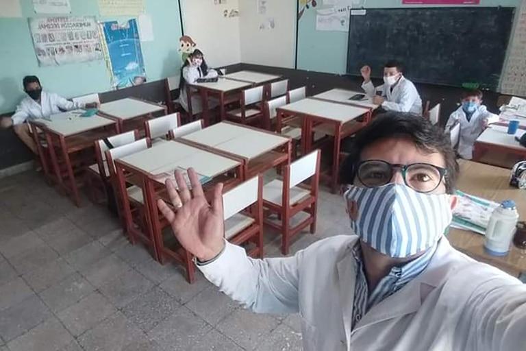 En la Escuela 567 de Paso de las Piedras, en Curuzú Cuatiá, el director Juan Pedro Campo adaptó los contenidos curriculares que llegaban de la Nación para facilitarles las tareas a los alumnos